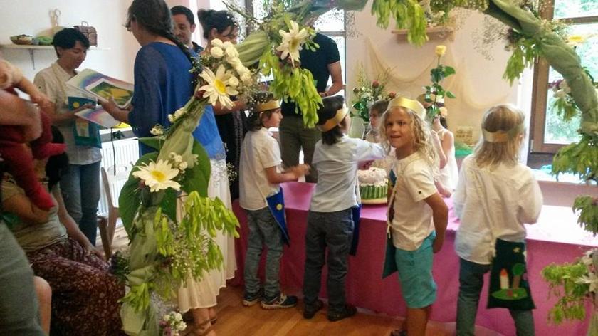 Pedagogia Waldorf invata copiii sa mearga catre lume cu bucurie si incredere